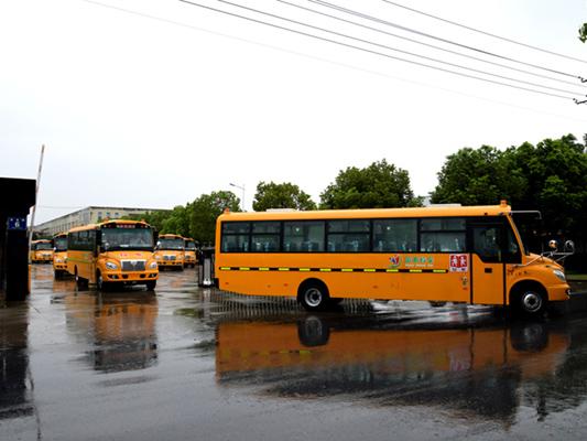 華新牌9.5米56座小學生專用校車批量發往河北