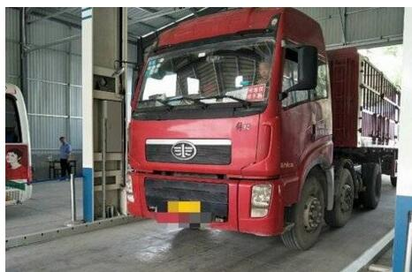 青岛解放 悍V重卡 336马力 6X2 LNG牵引车二手车