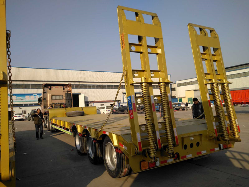 专业订做13米挖掘机运输车 液压爬梯二手车