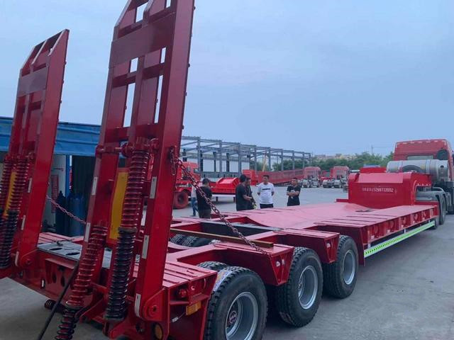 云南专业定做13米挖掘机运输车