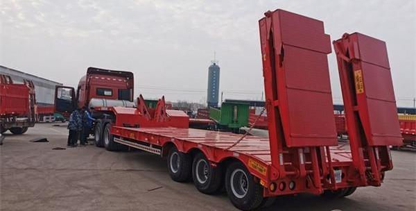 包牌定做13米挖掘机运输车 保拉60吨