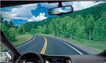 新手开车上路容易跑偏 人人车教您如何开直线