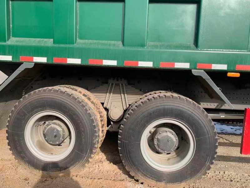 重汽豪沃T7自卸车8米大箱440马力4.77速比绿色