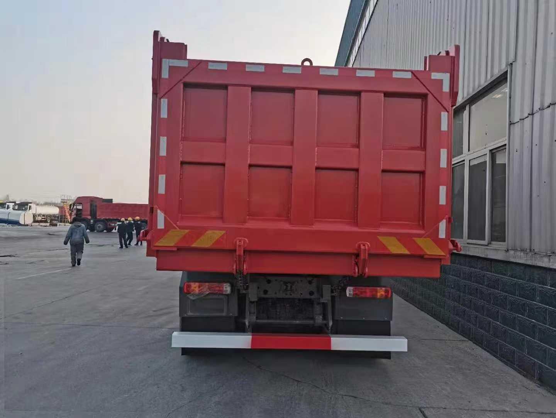 重汽豪沃8.2米T7自卸车火红色440马力