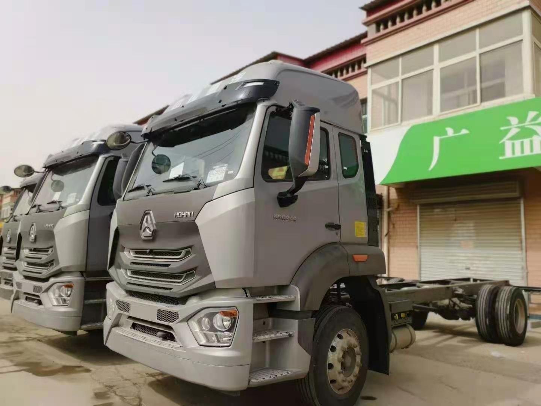 重汽豪沃4x2载货车可做6.8米箱货银色