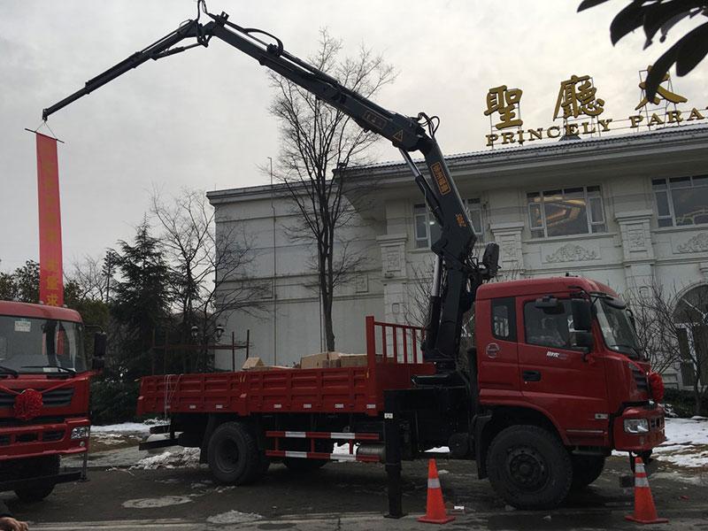 东风御虎8吨折臂抓铁随车吊厂家