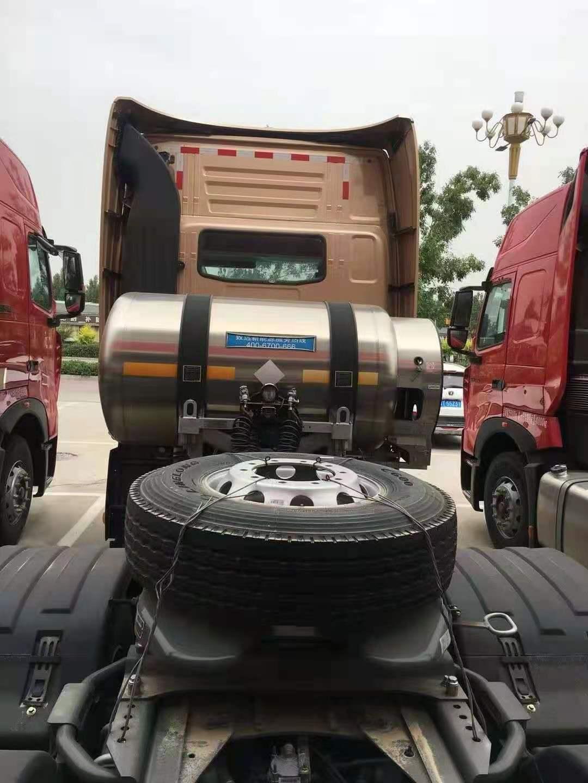 重汽豪沃T7天然氣牽引車咖啡金1000L氣瓶