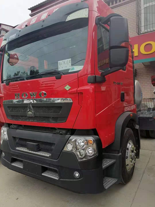 重汽豪沃TX7牽引車3.7速比1000L氣瓶火紅色
