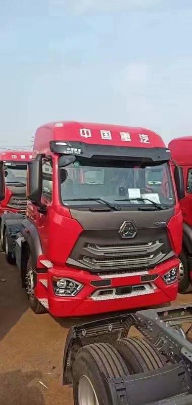 中國重汽3.08速比豪瀚LNG牽引車國六440馬力瑪瑙紅