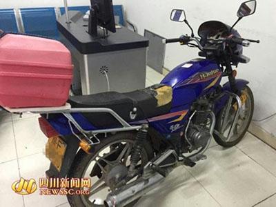 广汉民警热心帮忙推车 半路察觉两人竟是偷车贼