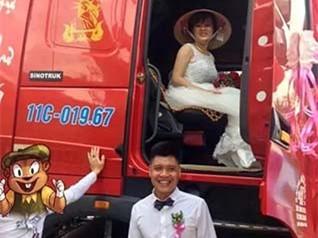 越南小伙开中国重汽卡车迎娶新娘