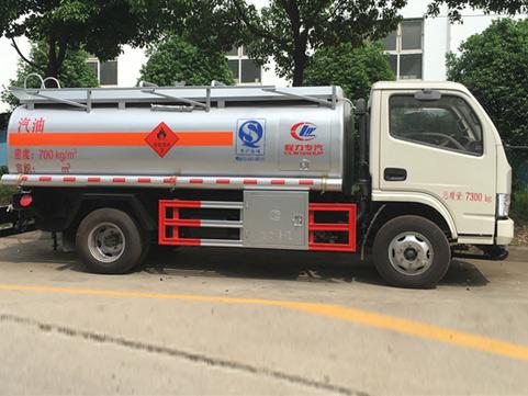 交警提醒夏季要重点防止罐车自燃,爆胎,开锅等事故的发生