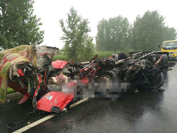 山东济聊高速一大货车爆胎冲过护栏撞上客车,致9死27伤