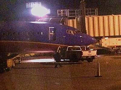 西南航空一客机上客完毕 突遭卡车猛烈撞击