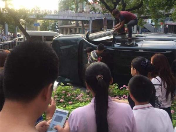 北京一越野车失控冲入辅路发生侧翻,目击者称至少三人受伤