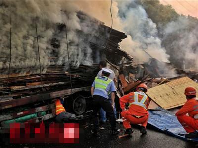 半挂爆胎引起火 十辆消防车五小时扑灭