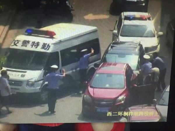长沙一越野车先撞执法民警再撞开10辆车逃逸,警方全城通缉