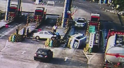 重庆:套牌面包车偷油拒捕冲卡疯狂撞警车,民警开枪将其逼停