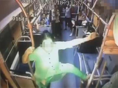 """济南一女子102公交车内跳""""钢管舞"""" 乘客躲到后车厢"""
