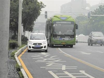 小心罚200 下月起别在武汉公交车道停车