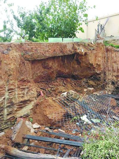 大连挡土墙塌方工人受伤 公交变身救护车
