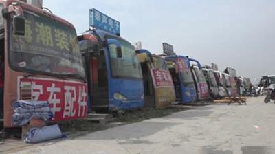 """郑州大巴车""""商业街""""引关注 去留跟着厂家走"""
