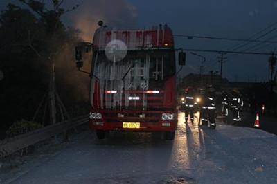 浙江湖州一危化品槽罐车起火 双林消防紧急救援化解危情