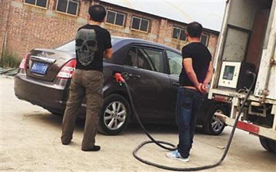 """天津""""黑加油车""""街头流动兜售劣质油"""