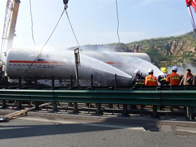 19吨液化气槽车侧翻 榆林消防联合多部门排险