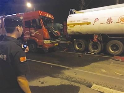 货车司机凌晨犯困 追尾前方危化品车