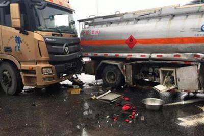 义乌两辆油罐车为了抢黄灯 加速通过路口发生追尾