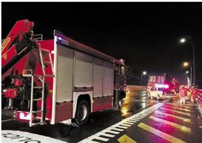 惊险一刻:跨海大桥上违停货车追尾危化品车