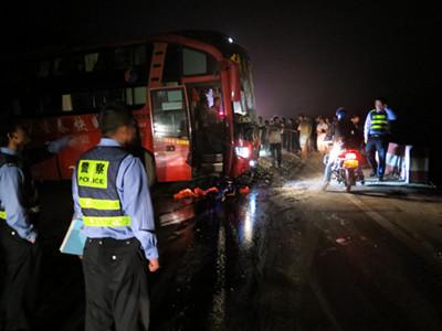 油罐车与大客车相撞险酿祸 路政应急处突保安全畅通