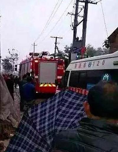 单县一在建民房倒塌致4死8伤 消防车赶到救援