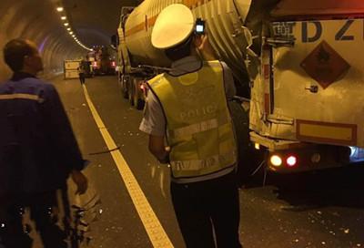 货车与危化品运输车辆相撞 因司机疲劳驾驶