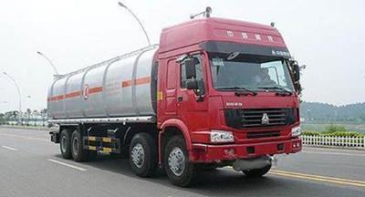 大货车撞上油罐车 漏油20多吨