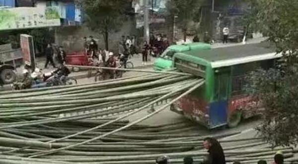 福建一货车上几十根毛竹突然飞出插入公交车,所幸无人受伤