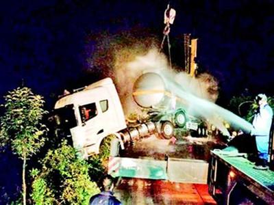 危化品罐车侧翻 31吨环己烷泄漏