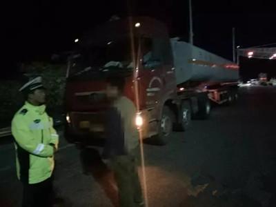 一危化品车辆夜间偷上高速遇交警掉头就逃 在东营被查获