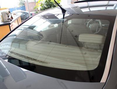 汽车前挡风玻璃贴标签