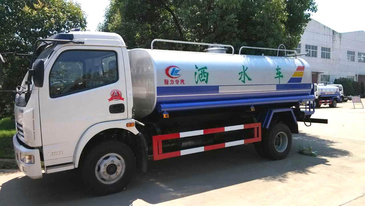 深圳一跑车撞上洒水车 受伤司机弃车逃逸