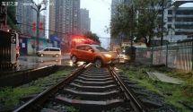 导航突然喊调头结果越野车被困铁路
