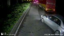 惊险!货车如果不让道,这辆小车就惨了