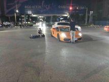南宁一十字路口发生电动自行车与兰博基尼碰撞电动自行车车主当