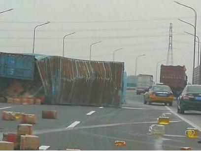 北京机场高速一大货车侧翻 食用油洒一地