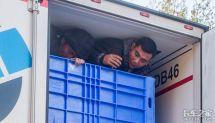 为移民费尽心机越南人竟然藏进卡车里