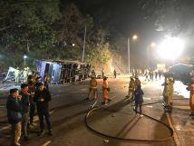 香港一双层巴士侧翻已致19死61伤