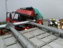 惊险!北京狂风暴雨,吹倒路牌砸中货车
