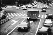 4吨货车抛锚十字路口开挂协警独自推开