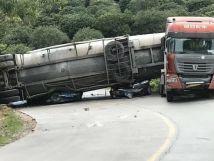 惠州水泥槽罐车侧翻压倒两车致9人遇难